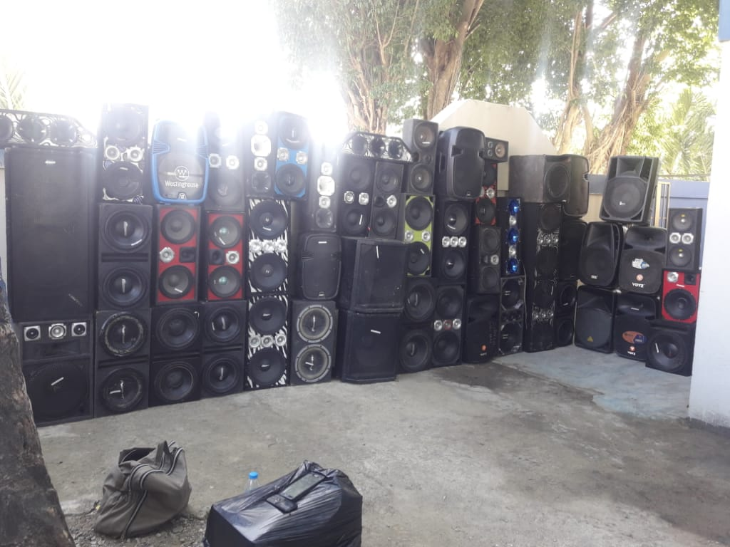 PN SDE la emprende contra colmadones; incauta decenas de bocinas y cajones por ruido