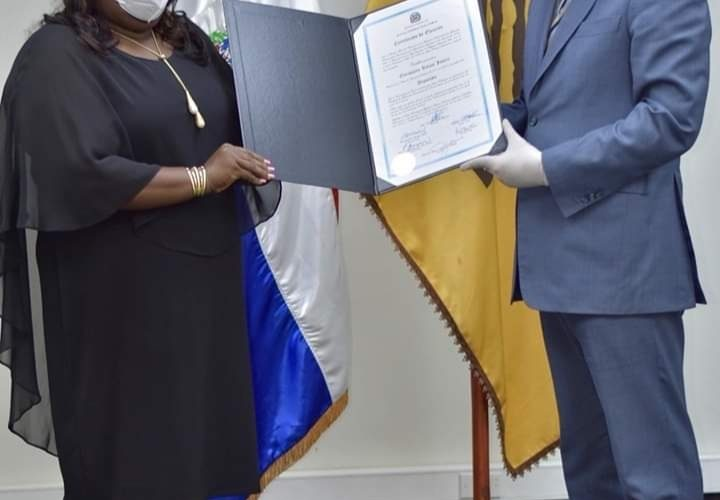Diputada electa Dulce Rojas recibe certificado de elección en la JCE; se compromete a trabajar para impulsar desarrollo de SDN